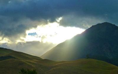 Sonne bricht sich durch die Wolken