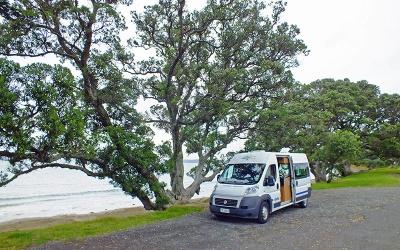 Camper auf ruhigem Fleckchen neben einer Straße nahe Auckland